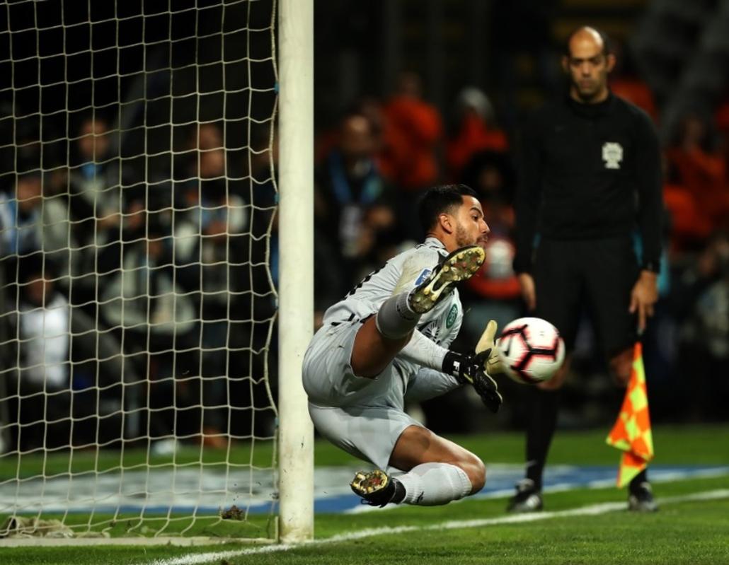 Renan Ribeiro defendeu três pênaltis e garantiu o Sporting na final da Taça  da Liga de Portugal — (Foto  Twitter Sporting CP) 9b831c4f93838